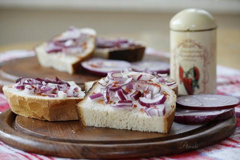 Zsíros kenyér recept lilahagymával