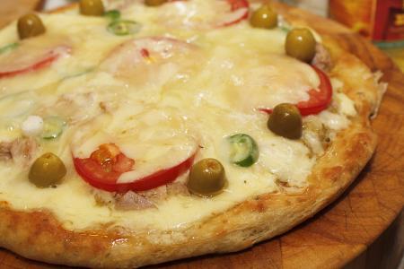 Olajbogyós-tonhalas pizza